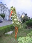 Egy virág-gólya…háttérben a Román Kereskedelmi Bank és a Városháza