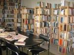A tordai Vásárhelyi Géza Könyvtár zsúfolt polcai
